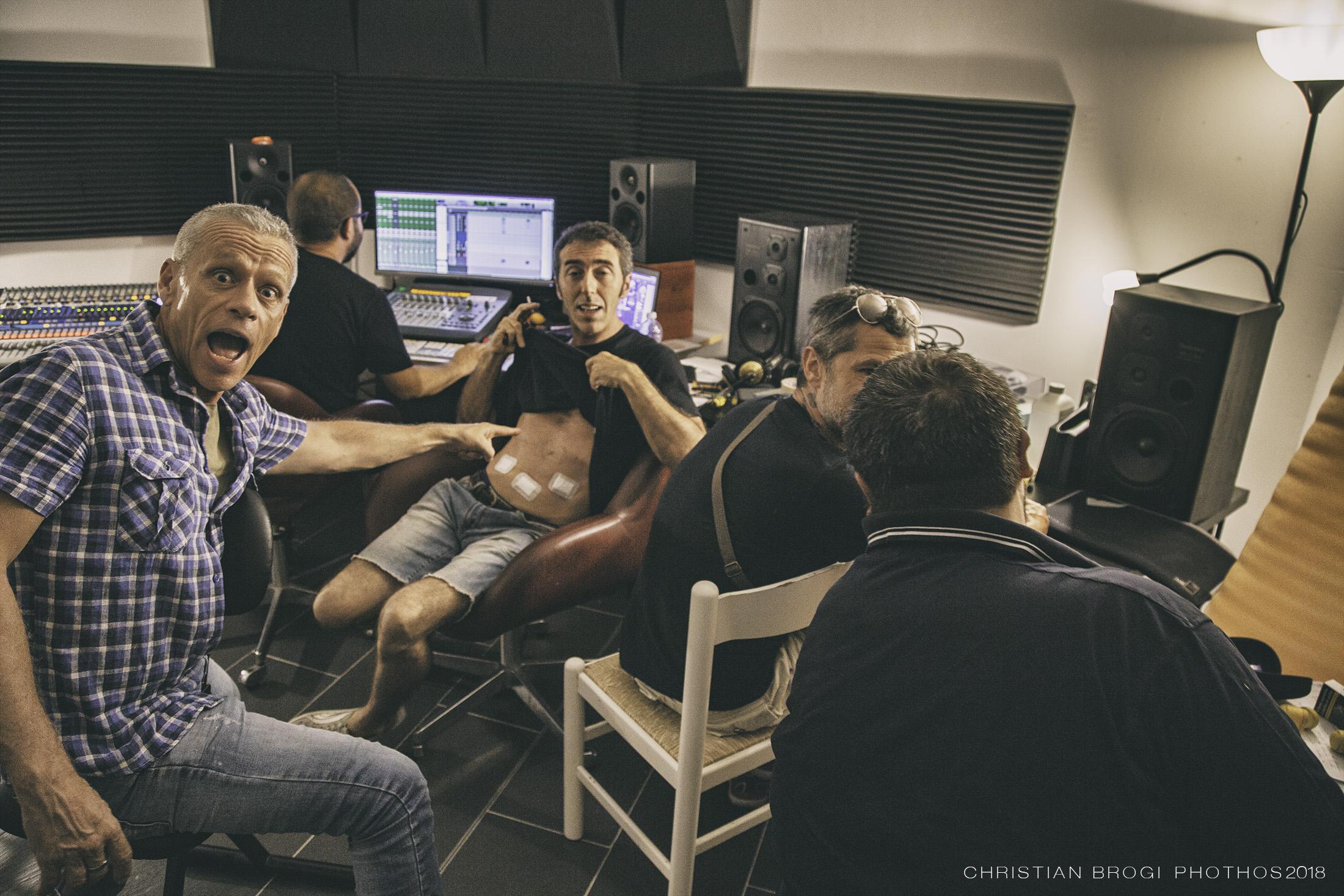 Gruppo Fattore K mentre regisra il suo secondo disco al Sondy, con il prodigioso tecnico DAMIANO MAGLIOZZI.
